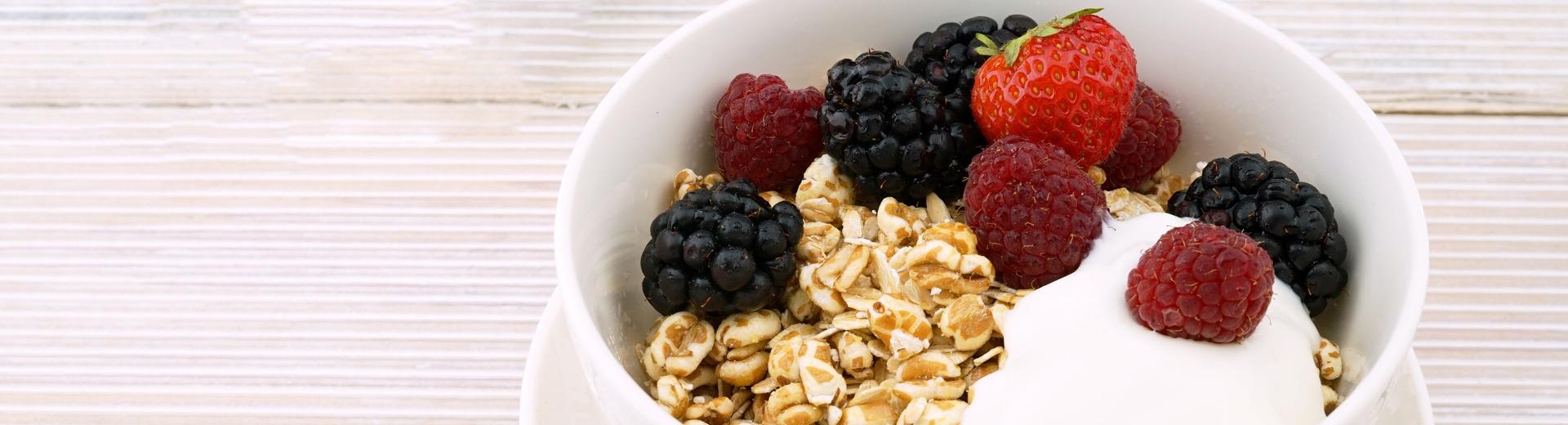 Müsli, Joghurt und Obst